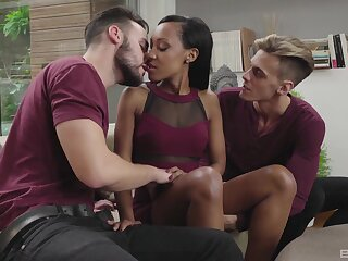 Threesome for be transferred to unmoved by Latina in merciless divan scenes
